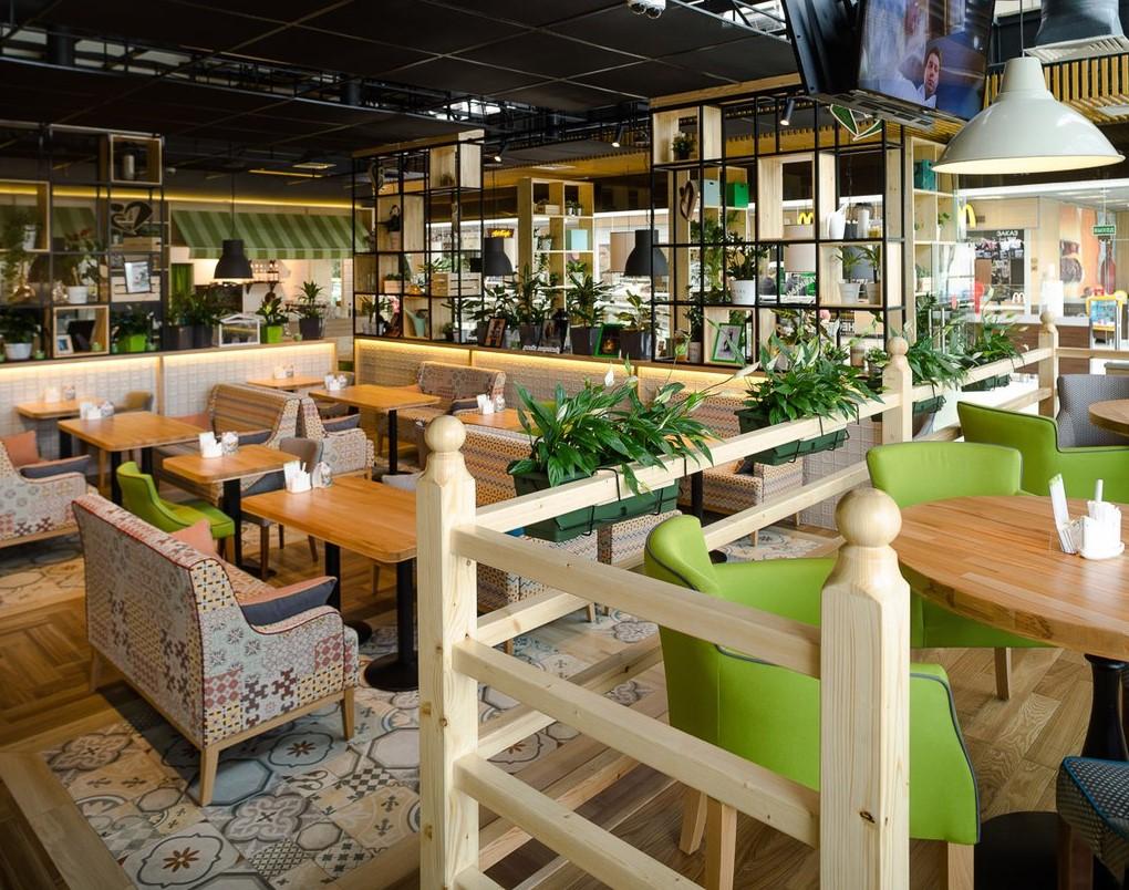 Ресторан расположен на втором этаже торгово-развлекательного комплекса «Французский бульвар» у метро «Ленинский проспект». В ресторане есть детская комната.
